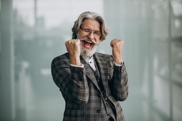 Senior zakenman emoties tonen