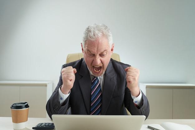 Senior zakenman geconfronteerd met mislukking