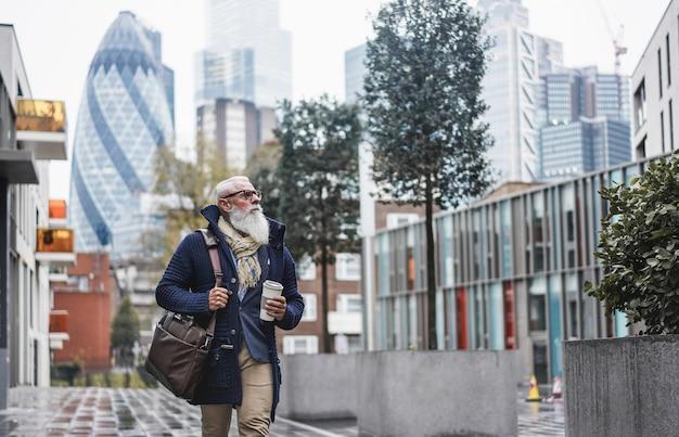 Senior zakenman lopen naar het werk