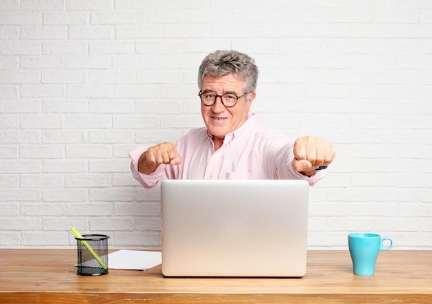 Senior zakenman met een boze, agressieve en dreigende pose