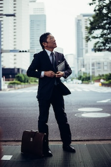 Senior zakenman momenten in de straten van tokio