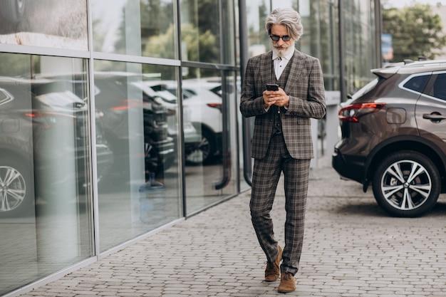 Senior zakenman praten aan de telefoon