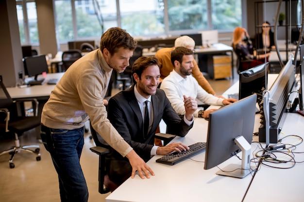 Senior zakenvrouw en jonge mensen uit het bedrijfsleven werken in een modern kantoor