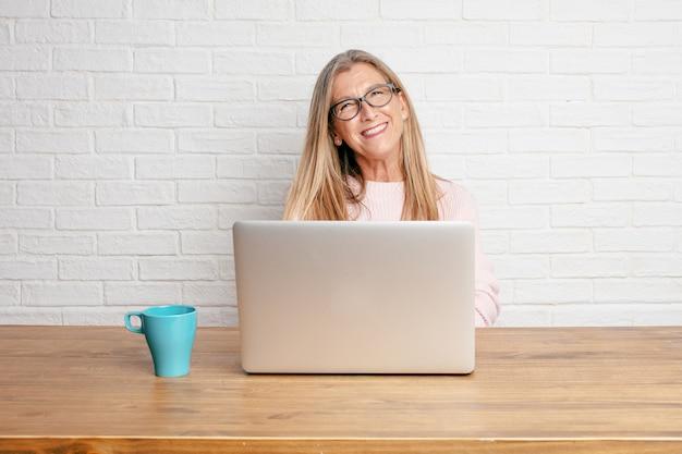 Senior zakenvrouw laughing hardop met hoofd achterover gekanteld en gelukkig, vrolijke meningsuiting