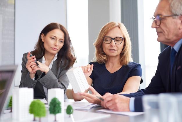 Senior zakenvrouw presenteerde nieuwe oplossingen voor architectuur