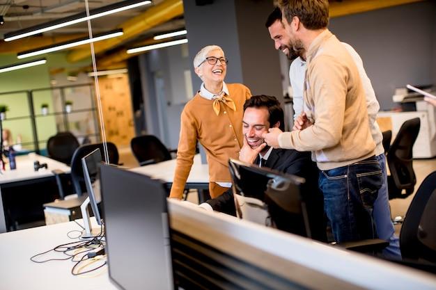 Senior zakenvrouw samen te werken met jonge mensen uit het bedrijfsleven op kantoor