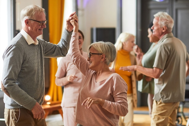 Senioren dansen in bejaardentehuis