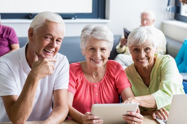 Senioren die technologie gebruiken