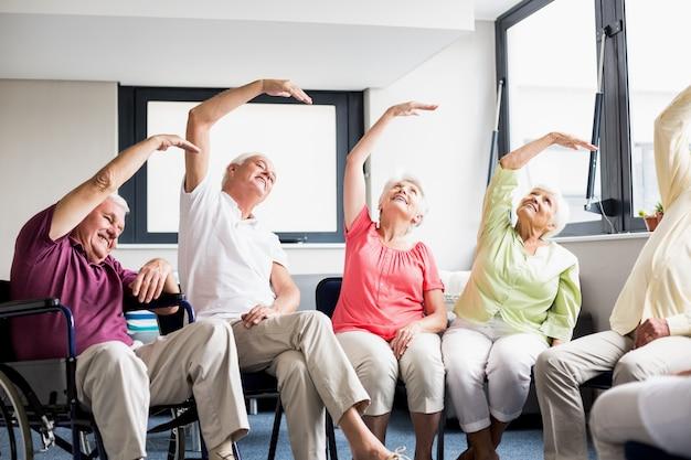 Senioren doen oefeningen