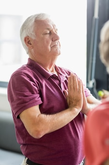 Senioren doen yoga met gesloten ogen