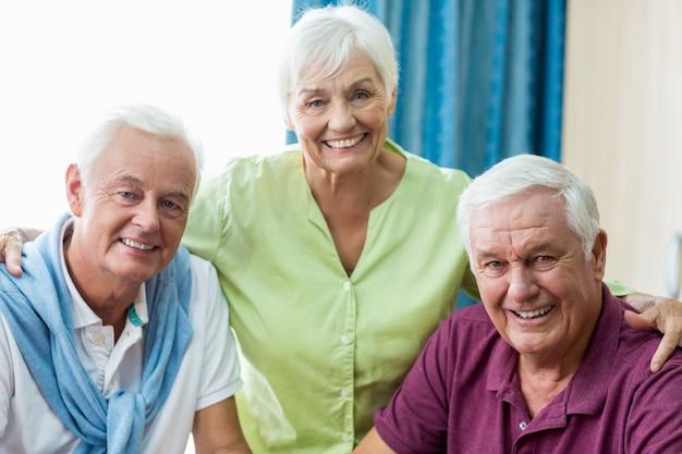 Senioren glimlachen naar de camera