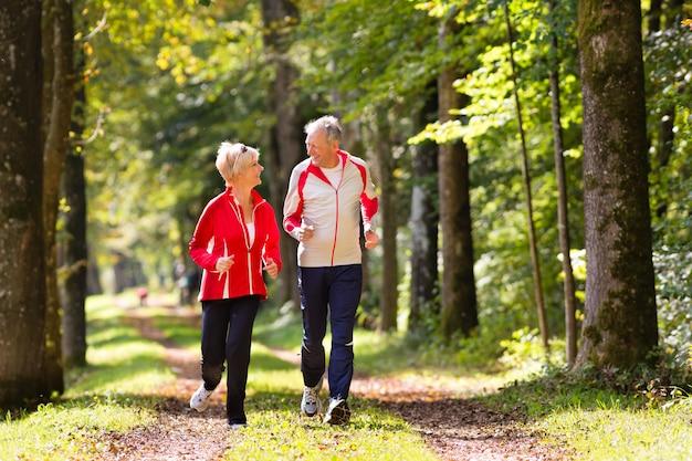 Senioren joggen op een bosweg