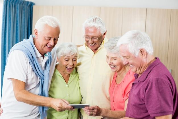 Senioren kijken naar smartphone