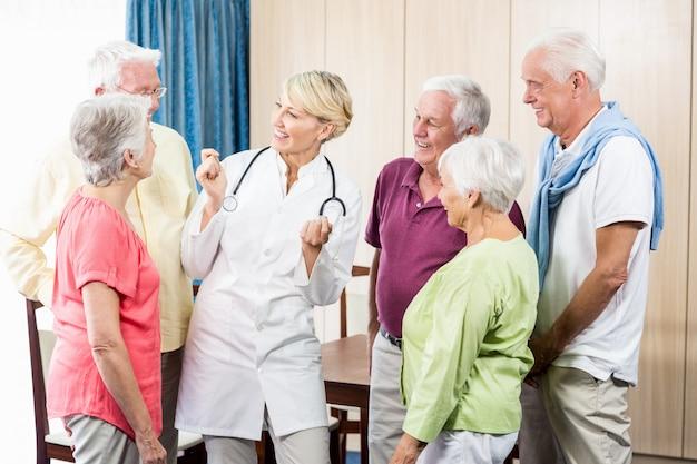 Senioren kijken naar verpleegster