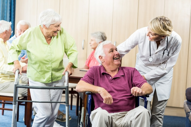 Senioren met rolstoel en loophulp