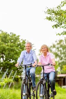 Senioren oefenen met fiets
