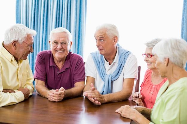 Senioren praten aan tafel