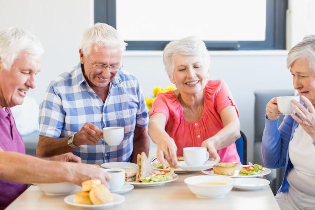 Senioren samen lunchen