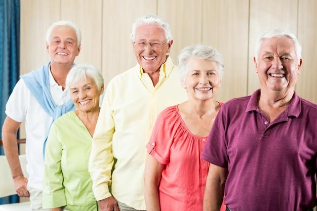 Senioren staan samen