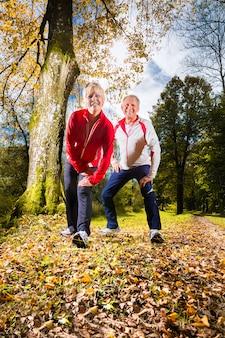 Senioren trainen op een bosweg