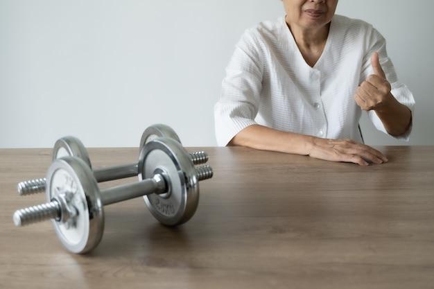 Senioren zijn gezond en sporten en levensstijl sport mensen aantrekkelijke senior vrouw