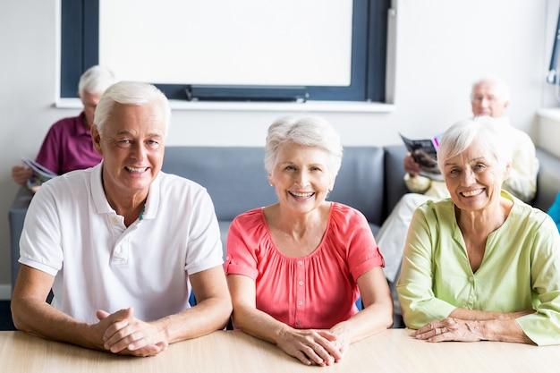 Senioren zitten aan een tafel