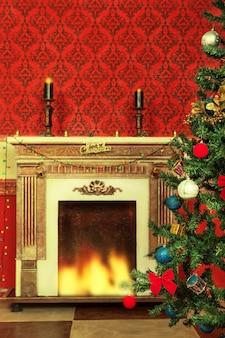 Sensationeel vintage kerstinterieur met een boom en een open haard