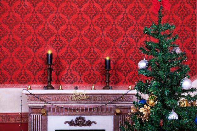 Sensationeel vintage kerstinterieur met twee kaarsen op een rode