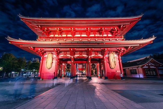 Sensoji is een oude boeddhistische tempel 's nachts in asakusa, tokio, japan.