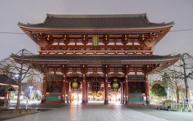 Sensoji-tempel of red light temple (asakusa kannon-tempel) is een van de grootste tempels. een van de oudste en populairste tempels van tokio.