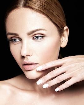 Sensueel glamourportret van mooi vrouwenmodel zonder make-up en schone gezonde huid op zwarte