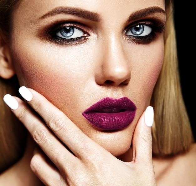 Sensueel glamourportret van mooie blonde vrouwen modeldame met verse dagelijkse make-up met donkerpaarse lippenkleur en schone gezonde huid