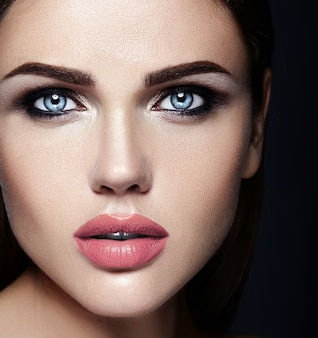 Sensueel glamourportret van mooie vrouwmodel dame met verse dagelijkse make-up met naakt lippenkleur en schoon gezond huidgezicht