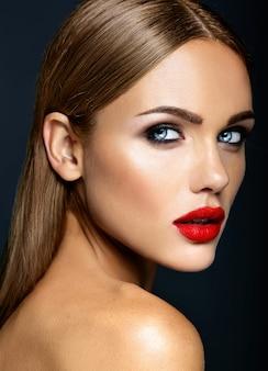 Sensueel glamourportret van mooie vrouwmodel dame met verse dagelijkse make-up met rode lippenkleur en schoon gezond huidgezicht