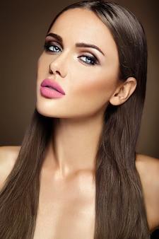 Sensueel glamourportret van mooie vrouwmodel dame met verse dagelijkse make-up met roze lippenkleur en schoon gezond huidgezicht