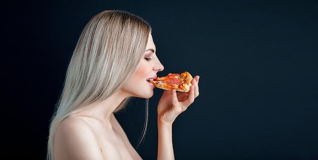 Sensueel meisje eet pizza
