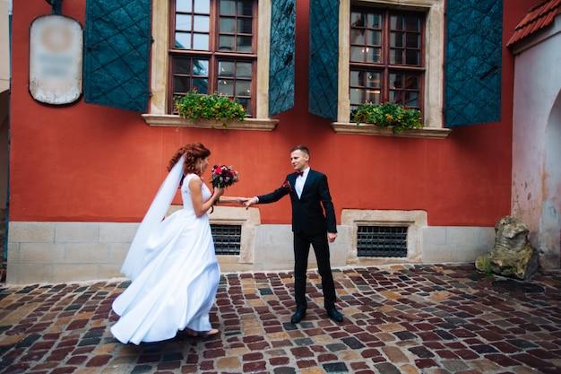 Sensueel portret van een jong koppel. trouwfotografie buitenshuis