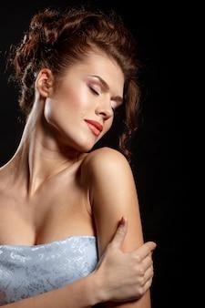 Sensueel portret van een mooie vrouw in een blauwe jurk