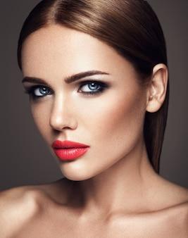 Sensueel portret van mooie vrouw model dame met verse dagelijkse make-up met rode lippen en schoon gezond huidgezicht