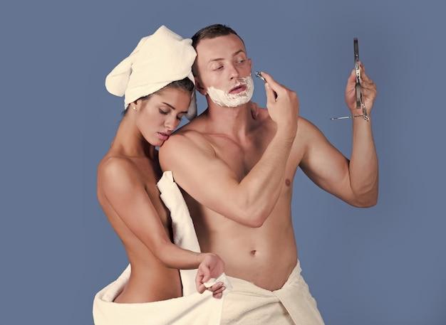 Sensueel verliefd koppel geniet van ochtend goedemorgen wellness weekend jong koppel in badkamer van hotel mode badkamer sexy foto man scheermes
