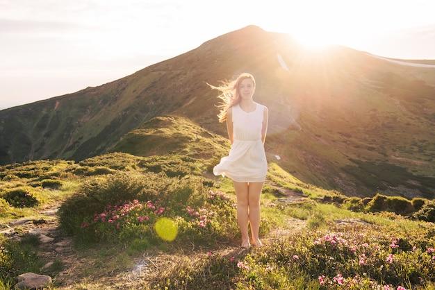 Sensueel vrouwenportret in de bloeiende rododendronvallei