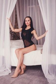 Sensuele brunette vrouw in sexy lingerie