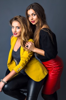 Sensuele close-up portret van twee mooie sexy vrouw, perfecte huid, trendy rokerige make-up, volle lippen, lange blonde en brunette haren,