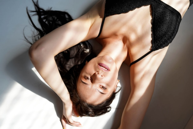 Sensuele dame poseren in zwarte sexy lingerie.
