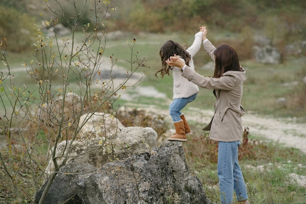 Sensuele foto. schattig klein meisje. mensen lopen naar buiten