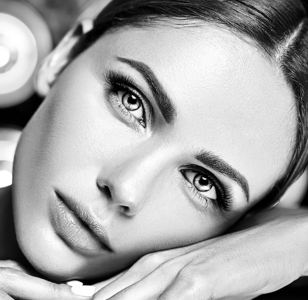 Sensuele glamour mooie vrouw model met frisse dagelijkse make-up met nude lippen kleur en schone, gezonde huid
