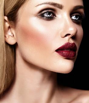 Sensuele glamour portret van mooie blonde vrouw model dame met frisse dagelijkse make-up met paarse lippen kleur en schone, gezonde huid