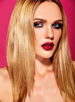 Sensuele glamour portret van mooie blonde vrouw model dame met verse dagelijkse make-up met roze lippen kleur en schone gezonde huid