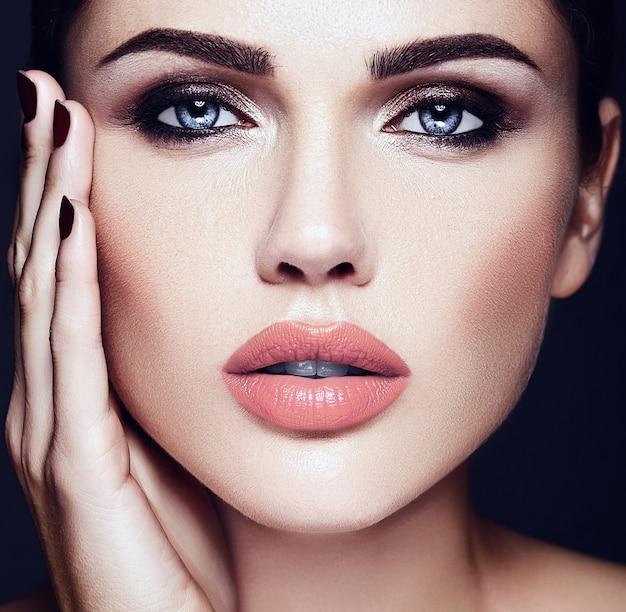 Sensuele glamour portret van mooie vrouw model dame met naakt lippen kleur en schone gezonde huid gezicht