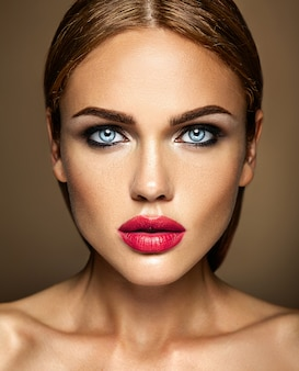 Sensuele glamour portret van mooie vrouw model dame met verse dagelijkse make-up met rode lippen. een zijde van het gezicht is zwart en wit